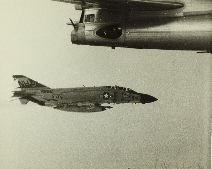 McDonnell Douglas F-4 Phantom IIN (interceptor y cazabombardero supersónico, biplaza, bimotor y de largo alcance USA) F-4-Tu-95-5-685x545