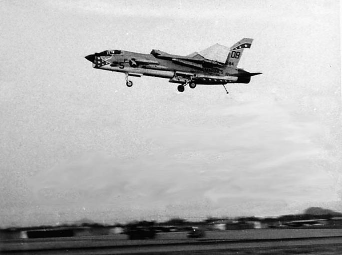 Fotos de F-4 Phantom y F-14 Tomcat  volando con las alas plegadas F-8-folded-wings