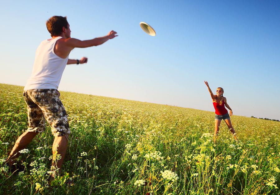 Što biste radili s osobom iznad, prikaži slikom - Page 3 Bigstock-Young-couple-playing-frisbee-o-230656071