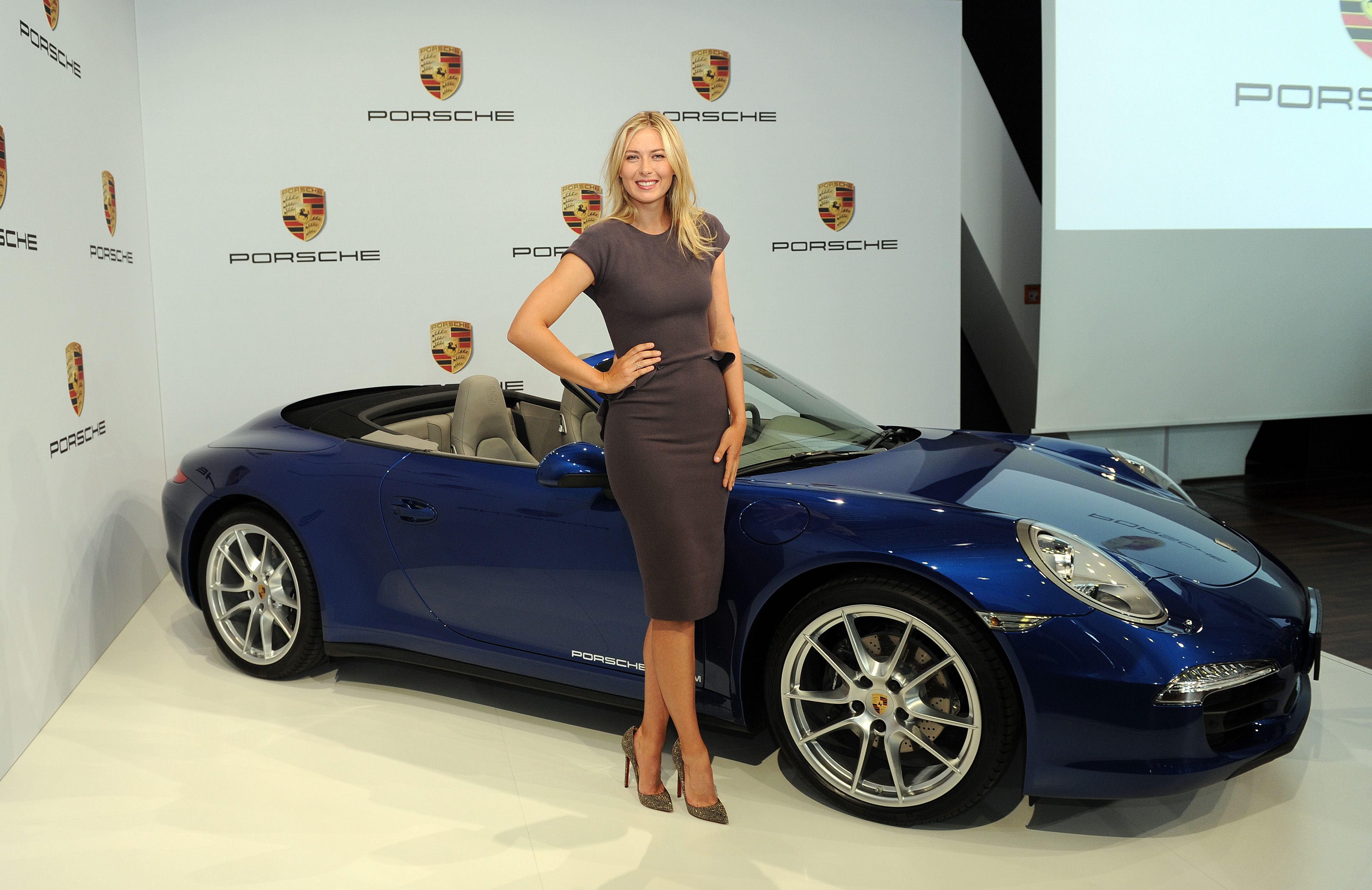 Vivent les anciennes !  Maria-Sharipova-and-Porsche