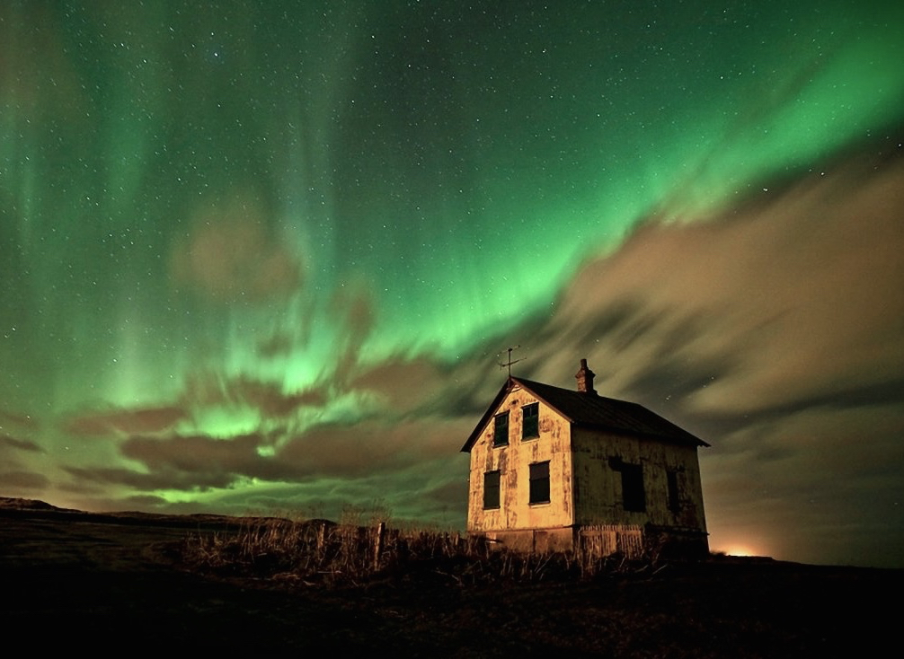 "Stories Latent in the Landscape: Spirits, Time Slips, and ""Super-Psi"" Icelandaurora"