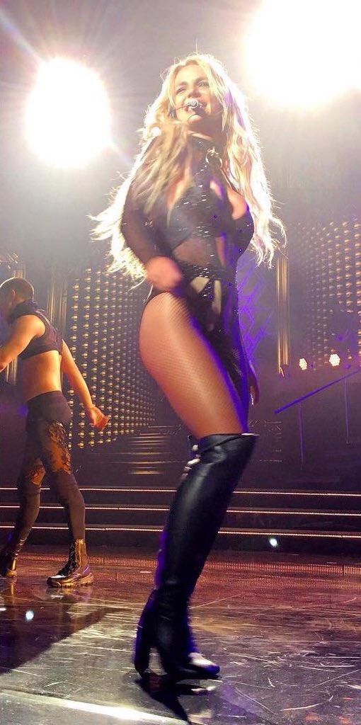 Britney Spears >> Britney: Piece of Me [III] - Página 45 CfcqNxWW8AAX43j