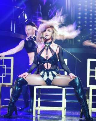 Britney Spears >> Britney: Piece of Me [III] - Página 44 Normal_12424670_580817835428798_682945344_n_ig_cache_key3DMTE5MjYwMjI2MzM0MTIyNjMzMQ3D3D