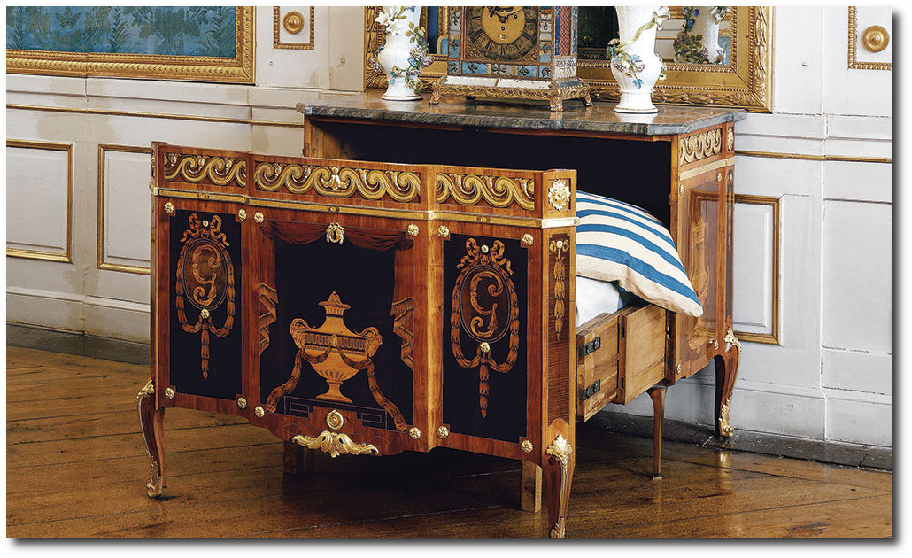 Ventes aux enchères 2019 - Page 5 Gustav-IIIs-collapsible-bed-by-Georg-Haupt-located-at-Drottningholm-Palace.