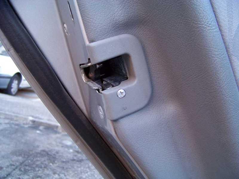 [Tuto] W210 - Démonter les panneaux de portes arrières 100_762