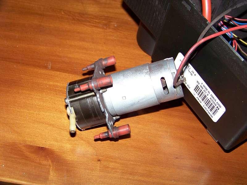 [Tuto-Brico] W210 C208 - Réparation Pompe à dépression de centralisation. 100_2565