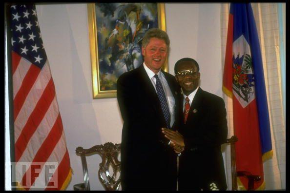 Bill Clinton fighting Corruption: Méfiez-vous de son accolade qui dit tout Aristide-clinton