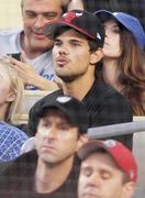 Taylor Lautner - Imagenes/Videos de Paparazzi / Estudio/ Eventos etc. - Página 39 9f8ac5256336548