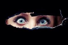 As 12 maiores falácias que contamos a nós mesmos sobre a não instalação de bloqueadores Espiar-dos-olhos-azuis-das-mulheres-18243284