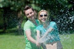 Traits autistiques chez le zèbre - Page 2 Jeune-homme-et-femme-jouant-avec-le-jet-d-eau-25946847