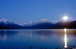 POEMAS SIDERALES ( Sol, Luna, Estrellas, Tierra, Naturaleza, Galaxias...) - Página 16 Luna-que-se-levanta-sobre-el-lago-22030962