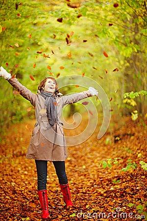 ... Y caen las hojas, llega ....¡¡¡ EL Otoño !!! - Página 4 Oto%C3%B1o-mujer-que-juega-con-las-hojas-en-el-bosque-7231733