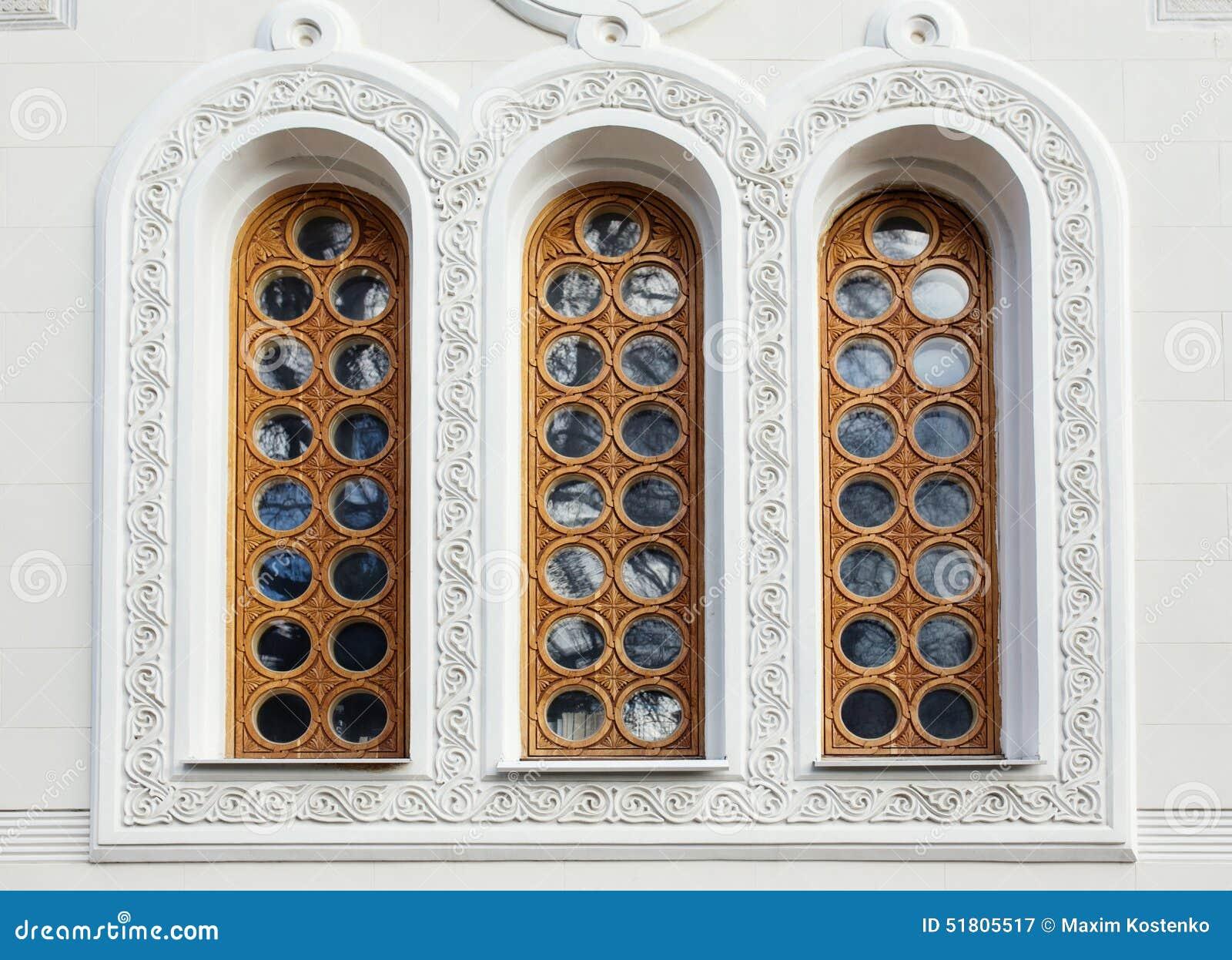 Des fenêtres d'hier et d'aujourd'hui. - Page 4 Architecture-et-fen%C3%AAtres-du-b%C3%A2timent-de-style-de-la-renaissance-51805517