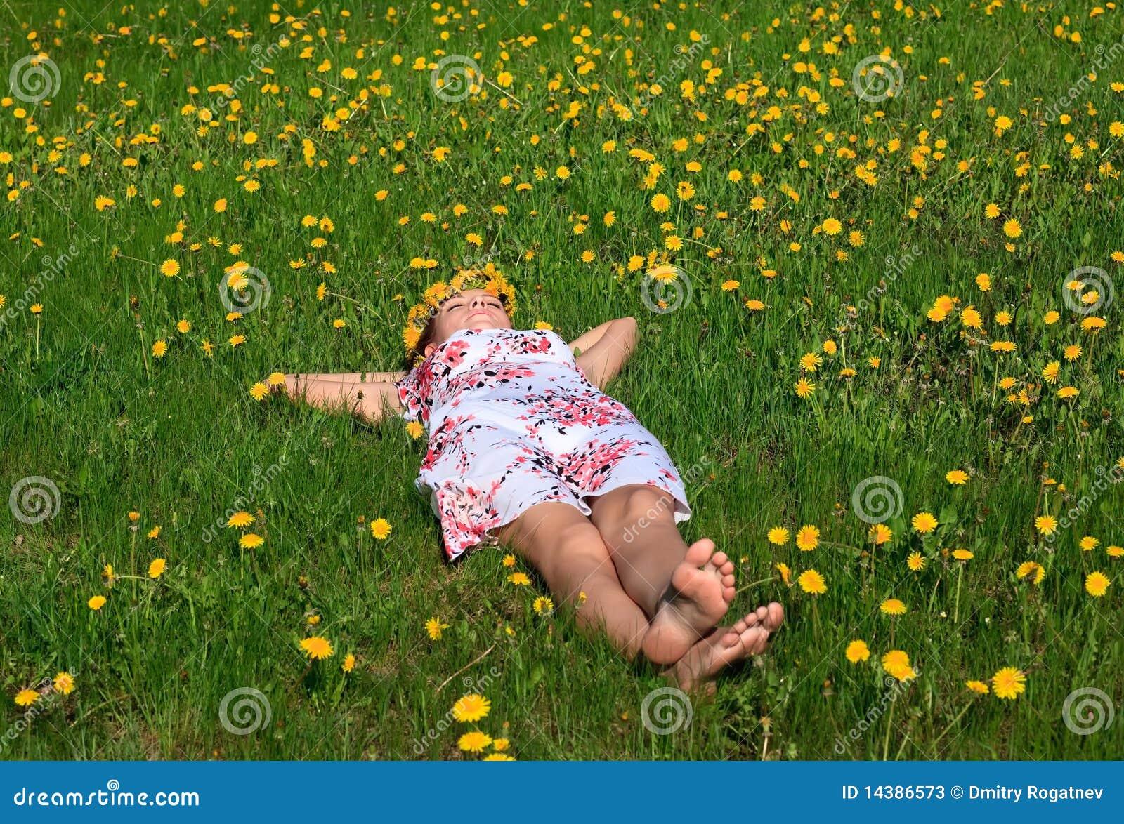 Bienvenidos al nuevo foro de apoyo a Noe #203 / 17.12.14 ~ 18.12.14 - Página 3 Beautiful-girl-lying-down-grass-14386573