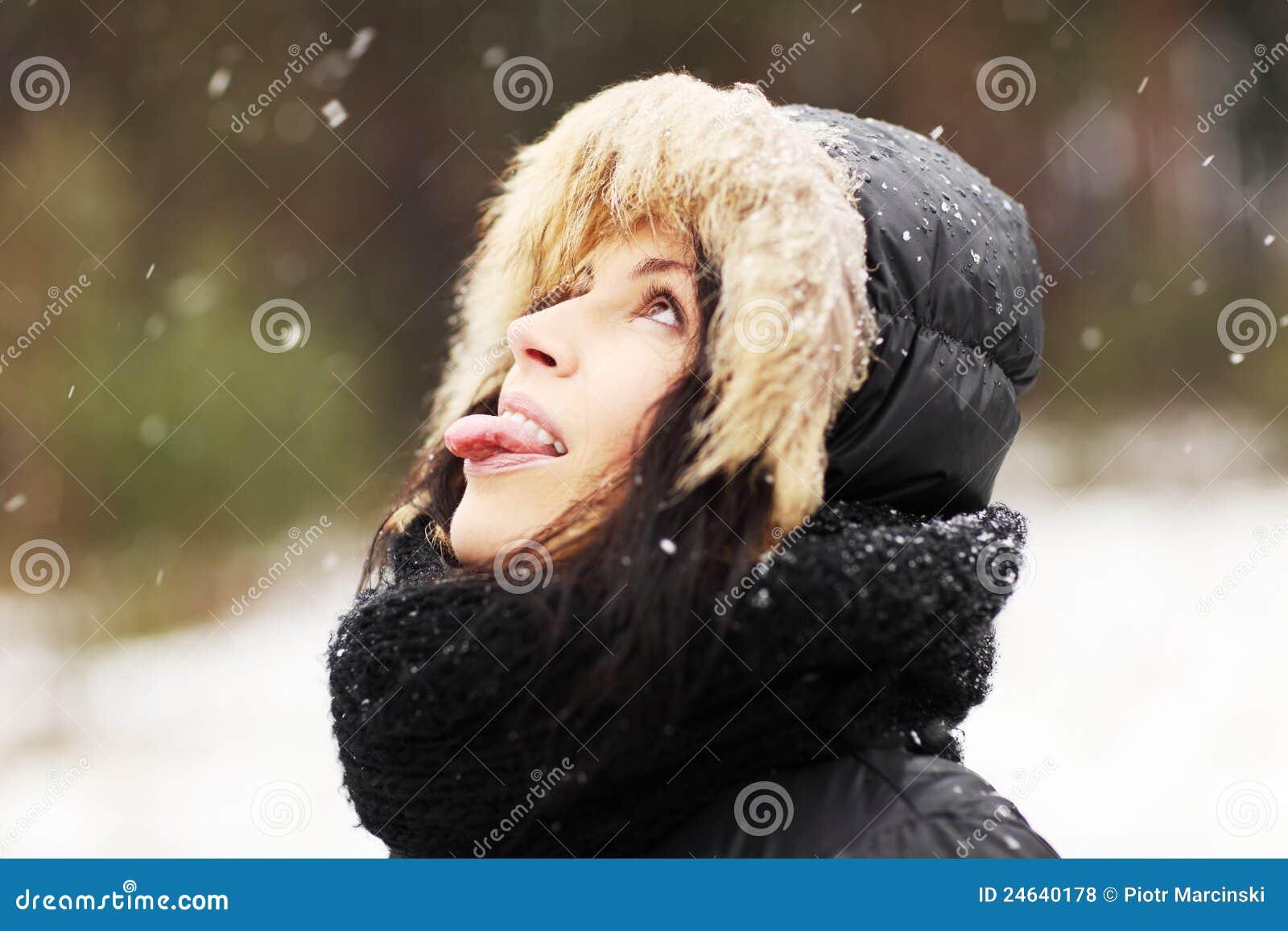 Un topic pour bavardages vraiment doux et courtois :D - Page 6 Femme-mangeant-des-flocons-de-neige-24640178