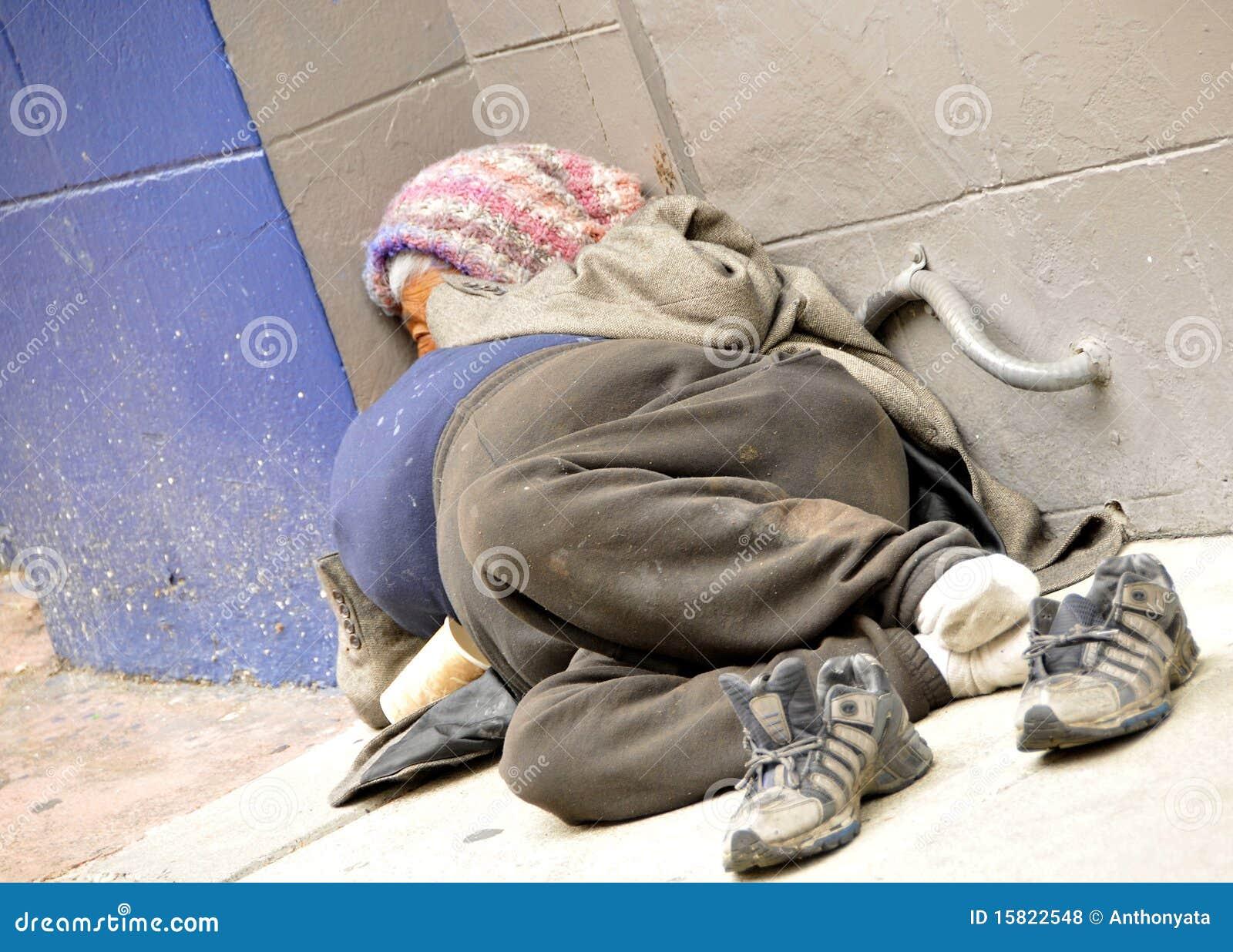 Fagyos Sötétség Kora Homeless-woman-sidewalk-15822548