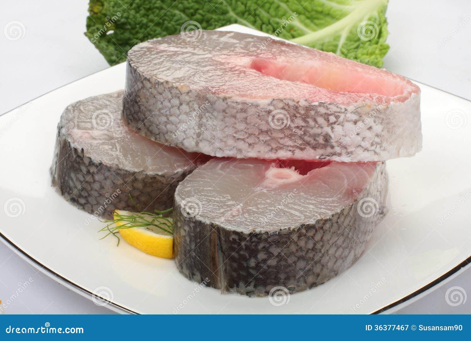 42 tipos de carnes de filete de pescados clase gourmet en imágenes Raw-barracuda-slices-skin-white-plate-36377467