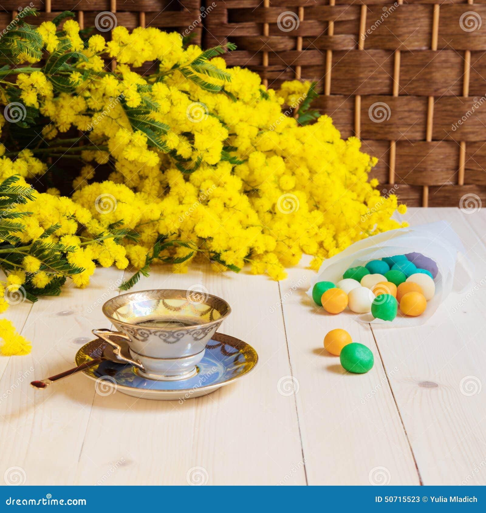 Bon Vendredi Tasse-de-caf%C3%A9-sur-la-table-et-la-mimosa-en-bois-50715523