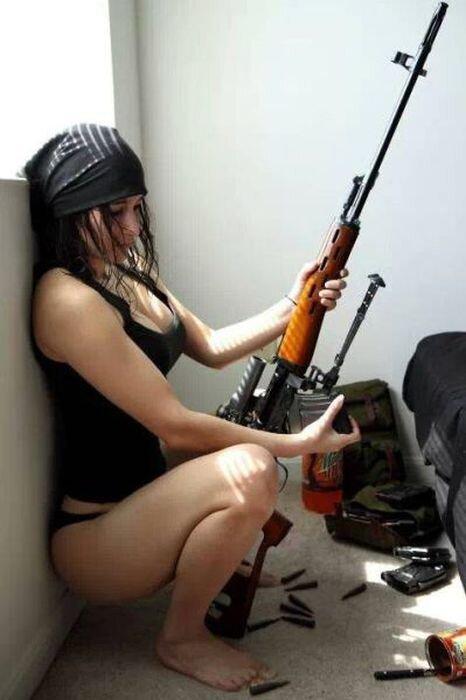 Phụ nữ và súng D0d038fe13bc34ba0623117c3a8706ae