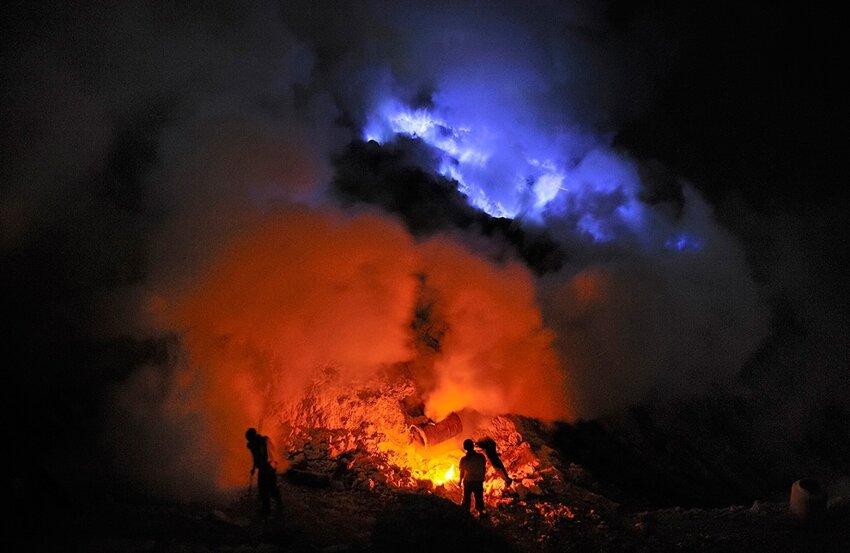 """Не """"пыльная"""" работёнка - добыча серы в вулкане 6614053jan"""