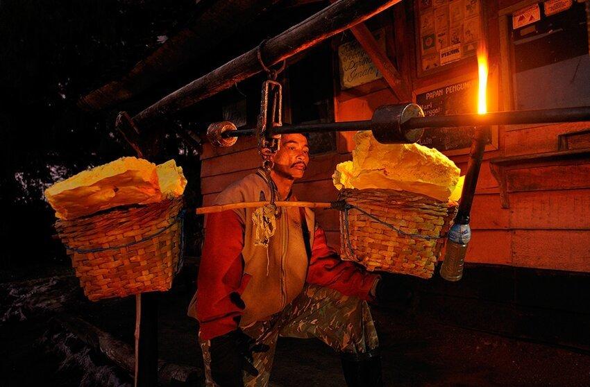 """Не """"пыльная"""" работёнка - добыча серы в вулкане 6614065luc"""
