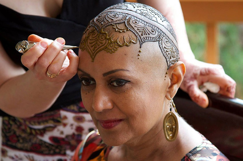 Рисунки хной на головах больных раком Henna-crowns-temporary-tattoo-cancer-patients-henna-heals-1