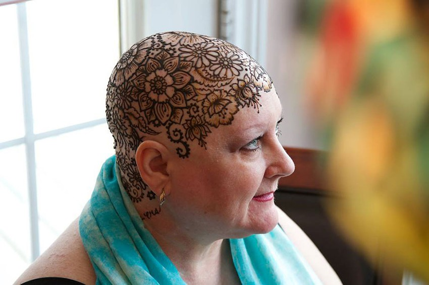 Рисунки хной на головах больных раком Henna-crowns-temporary-tattoo-cancer-patients-henna-heals-2