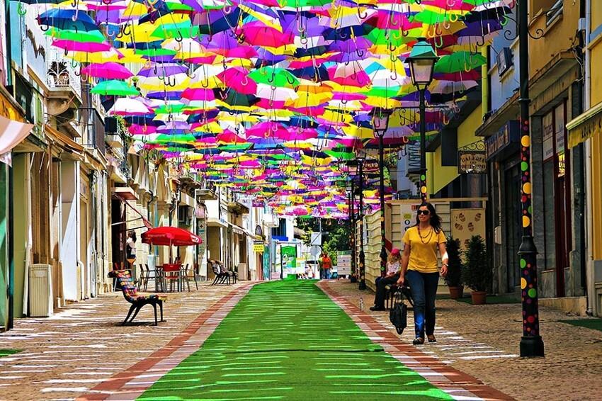 Сотни разноцветных зонтов над улицами Португалии  85f1d6c3d211b7f603ed856ae8fb457d