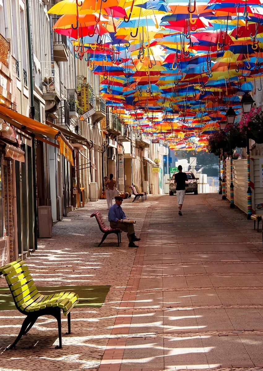 Сотни разноцветных зонтов над улицами Португалии  E8bf388ae26ac347387d4fc9b3f1b568