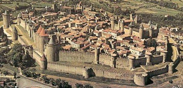 [Projet] Château fort avec sa ville médiévale 69239bf7-bbee-4fcc-983a-944e0438df35