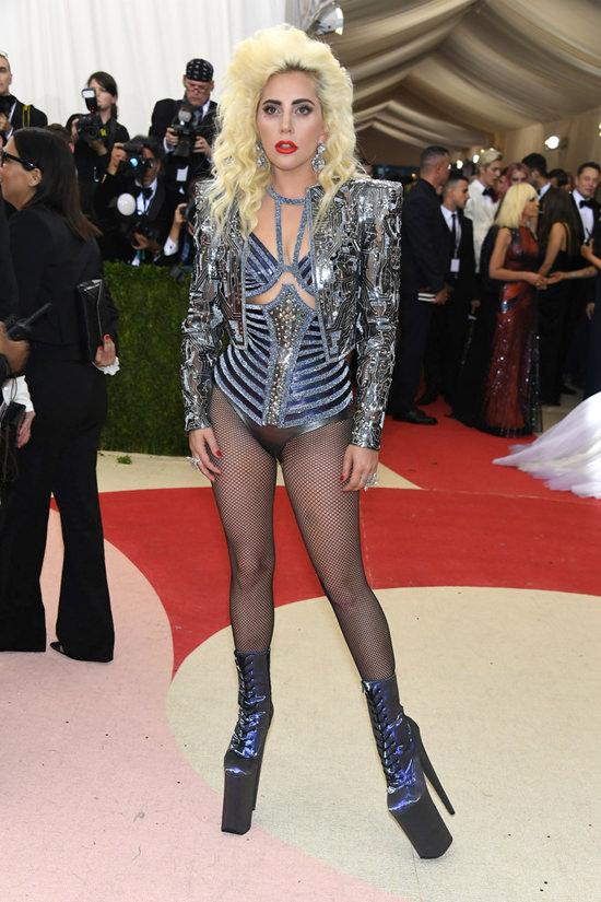 Lady Gaga  - Página 3 Lady-Gaga-Met-Gala-2016-Red-Carpet-Atelier-Versace-Tom-Lorenzo-Site-2