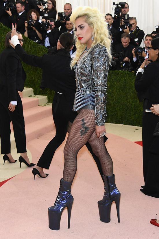 Lady Gaga  - Página 3 Lady-Gaga-Met-Gala-2016-Red-Carpet-Atelier-Versace-Tom-Lorenzo-Site-4