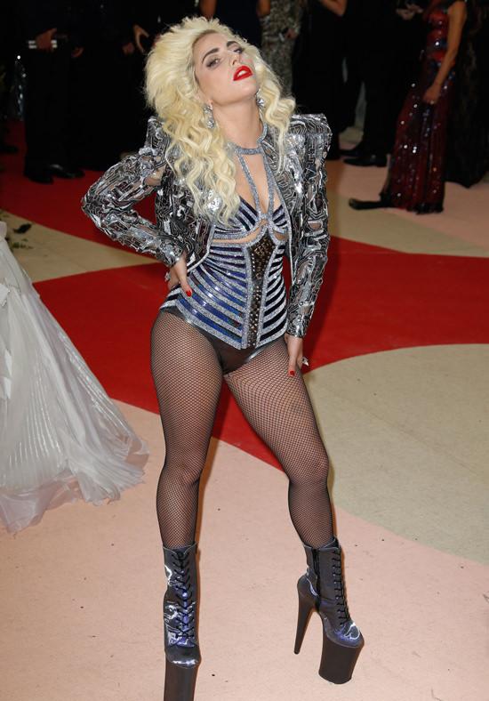 Lady Gaga  - Página 3 Lady-Gaga-Met-Gala-2016-Red-Carpet-Atelier-Versace-Tom-Lorenzo-Site-6