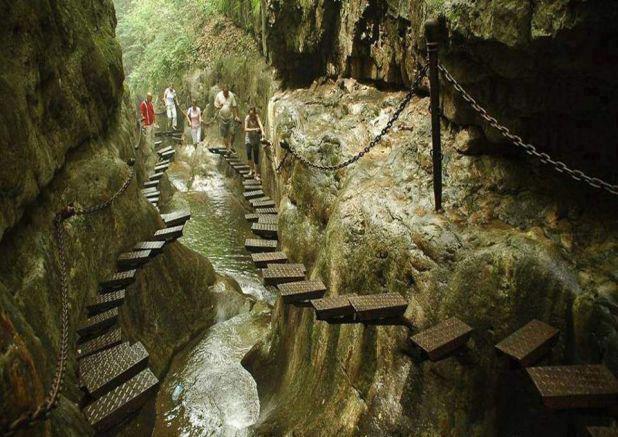 Il nostro mondo - Pagina 2 Walk-at-taihang-mountain