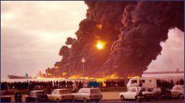 Em Matosinhos (Leixões), em frente à praia do Titan - Janeiro de 1975 Jakob_maersk_unk_stbd_burning-