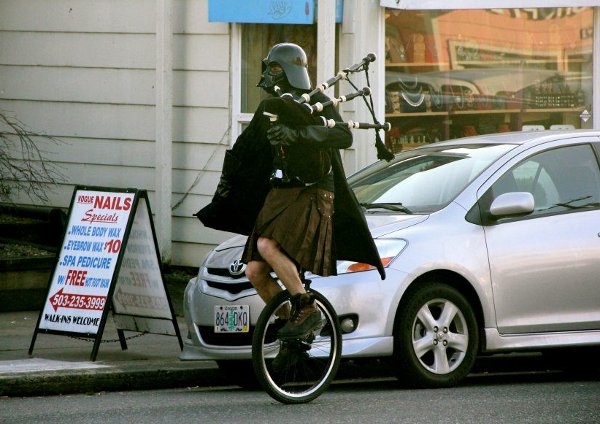 Mais où est Uccen ???  - Page 3 Darth-Vader-Playing-The-Bagpipes-While-Riding-A-Unicycle