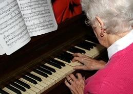 Exprimiendo el fin de semana Tocar-piano