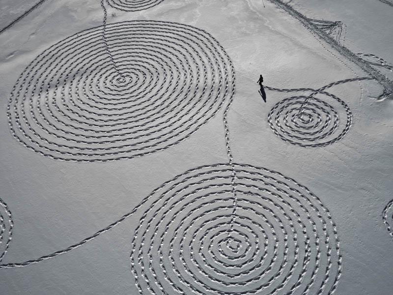 பனி மிதியடியில் வரையப்பட்ட அழகான பனி ஓவியங்கள்  Snow-circle-drawings-with-snowshoes-snoja-hinrichsen-steampboat-springs-rabbit-ears-pass-4