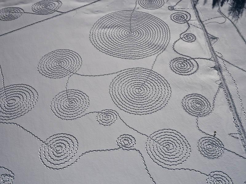 பனி மிதியடியில் வரையப்பட்ட அழகான பனி ஓவியங்கள்  Snow-circle-drawings-with-snowshoes-snoja-hinrichsen-steampboat-springs-rabbit-ears-pass-6