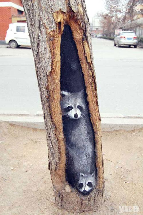 மர பொந்துகளில் அழகிய கைவண்ணங்கள்  Wang-yue-tree-hole-paintings-3