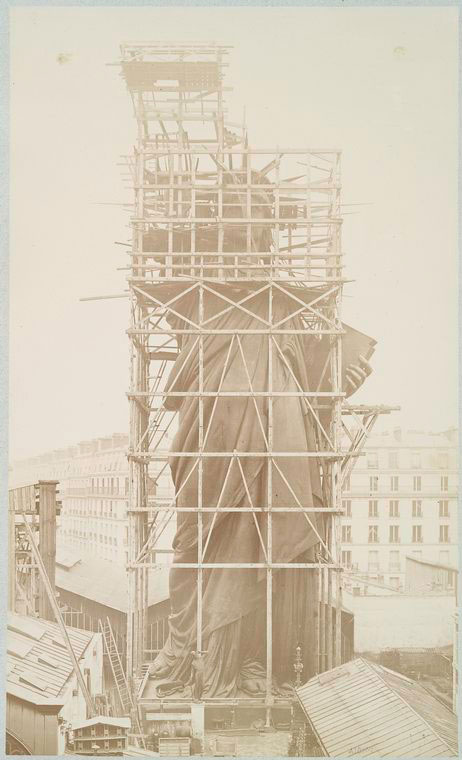 Grandes estructuras históricas en construcción Rare-photos-statue-of-liberty-under-construction-1883-10