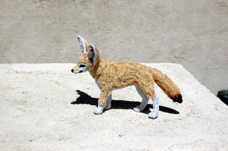 குழாய் துடைக்கும் பொருள்களிலிருந்து நம்பமுடியாத உயிரோட்டமுள்ள விலங்குகளின் உருவங்கள்  Pipe-cleaner-chenille-stem-fennec-fox-by-lauren-ryan-2