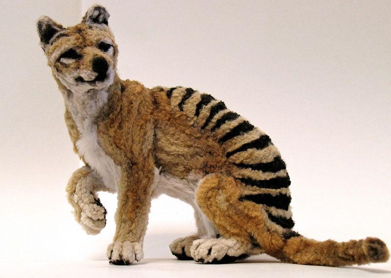 குழாய் துடைக்கும் பொருள்களிலிருந்து நம்பமுடியாத உயிரோட்டமுள்ள விலங்குகளின் உருவங்கள்  Thylacine-made-from-pipe-cleaner-chenille-stem-by-lauren-ryan-1