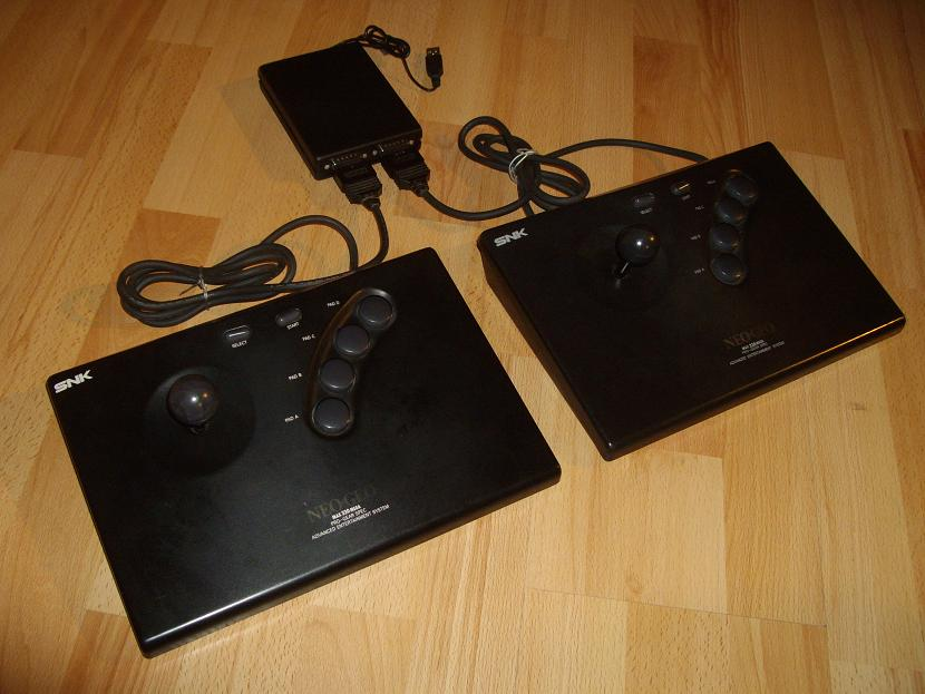 Le Neo-Mini : Pour les amoureux de la Neo-Geo Joysticks-Neo-Geo-Aes-Connectes-au-Neo-Mini