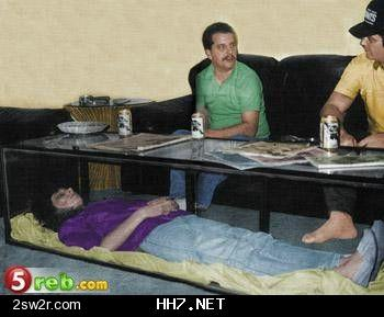 صورة لرجل ماتت زوجته وحول جثتها إلى طاولة في منزله 80430