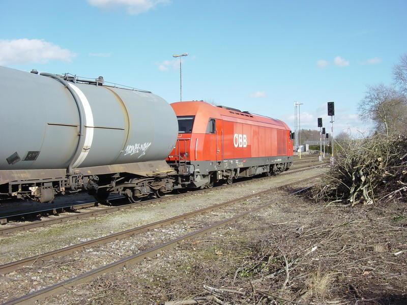 ÖBB 2016 mit Güterwagen im Bhf. Ried im Innkreis 21169437hk