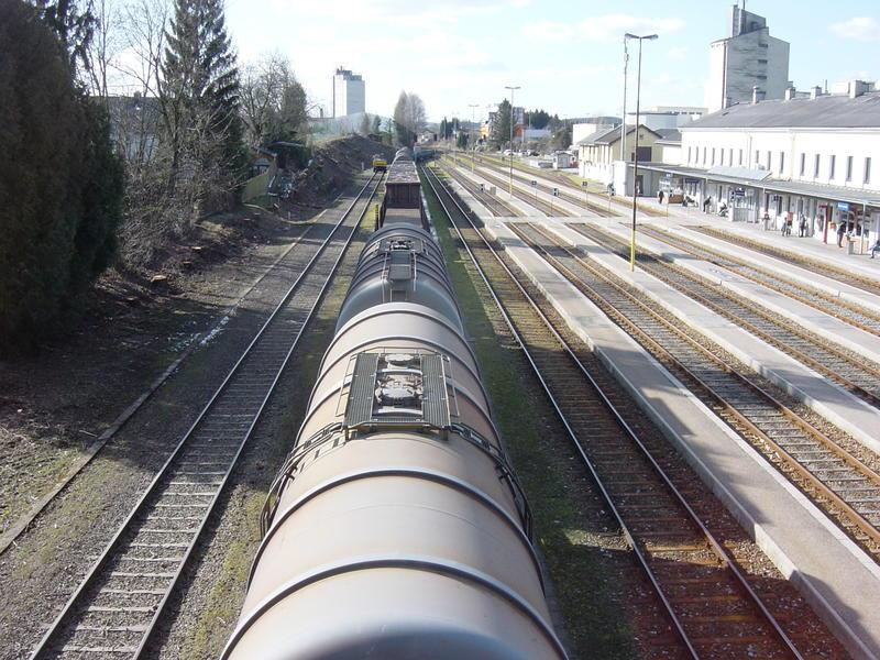ÖBB 2016 mit Güterwagen im Bhf. Ried im Innkreis 21169445pb