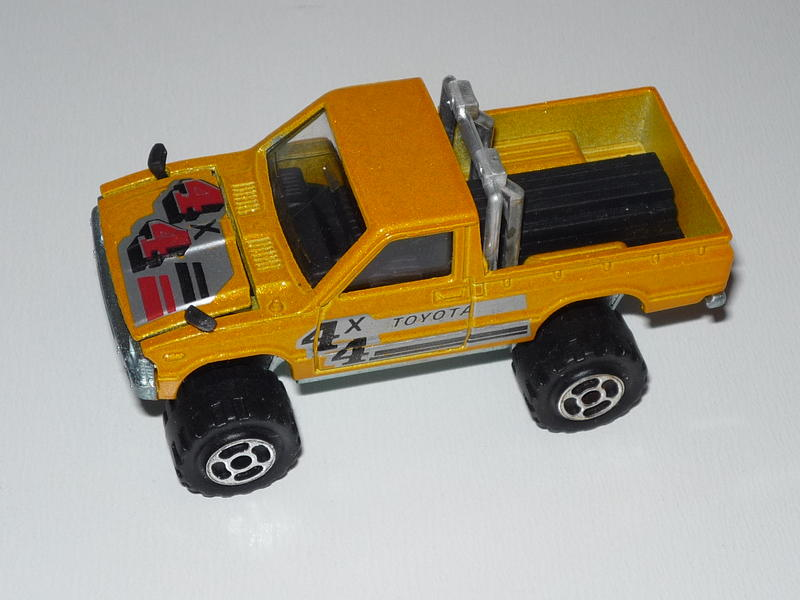 N°292 TOYOTA HILUX 4X4 ( modèle avec rampe de phare ) 23538180yq
