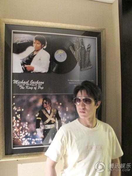 Jackie Chan compra guanto di MJ a 250mila Dollari 10052118562a8668ad226403e3