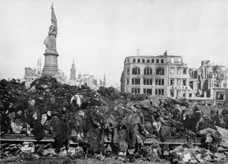 Мифы про инквизицию  Bundesarchiv_Bild_183-08778-0001%2C_Dresden%2C_Tote_nach_Bombenangriff